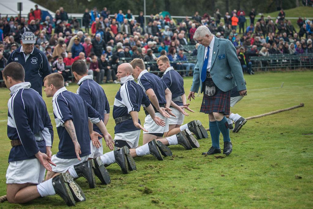 Bei dem alljährlichen Braemar Highland Gathering werden vor dem Seilziehen, dem Tug of War, die Schuhe und Hände der Teilneh- mer von einem der Schiedsrichter kontrolliert.