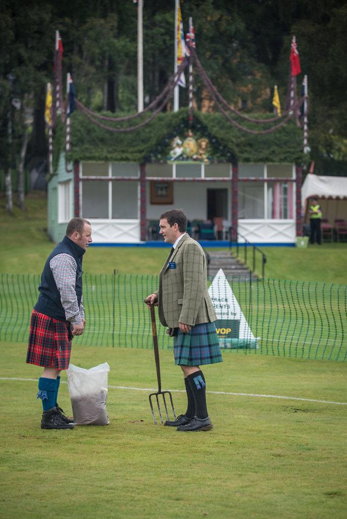 36 Millionen £ kostet die Aufrechterhaltung der Monarchie in Grossbritannien jedes Jahr. Die englische Königsfamilie bewohnt im Vereinten Königreich 17 Anwesen und Schlösser. Queen Elizabeth besucht jedes Jahr in Schottland die Highlandgames in Braemar.