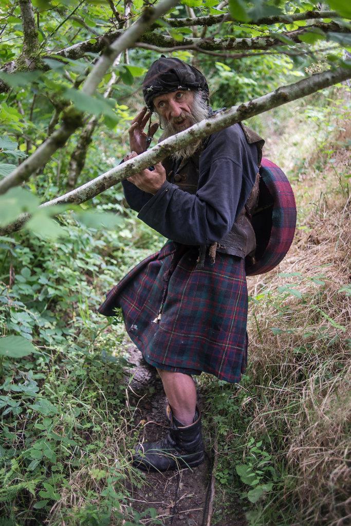 Magi McLinn ist im Perthshire in Zentralschottland eine lebende Legende: fast jeder kennt ihn oder hat von ihm gehört – dem Mann im Kilt. Er bezeichnet sich selbst als die Reinkarnation von William Wallace und Robert Burns.