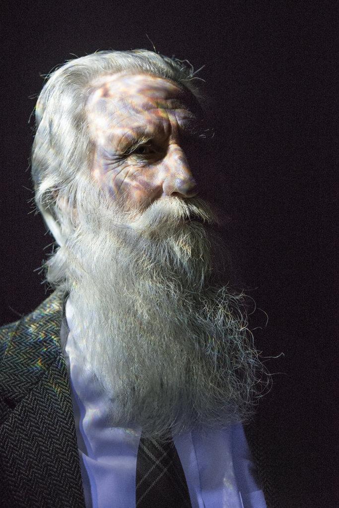 Den Engländer Adrian Shine verschlug es vor über 35 Jahren nach Loch Ness, damals sah er seine Chance in der Entdeckung des Monsters von Loch Ness. Daraus ist nichts geworden, doch Adrian Shine ist heute der Nessie-Forscher schlechthin.