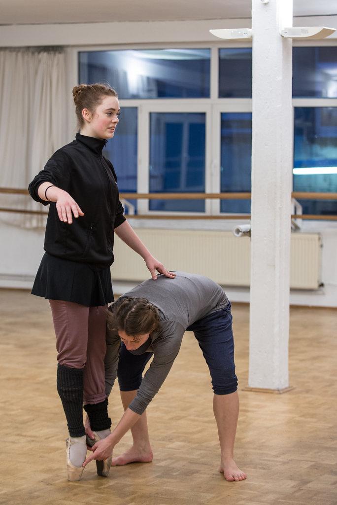 Bei einer Privatstunde korrigiert Ballettlehrerin Beth Petkus Caras Fusspostion. Im normalen Training kommen feine Korrekturen auf Caras Niveau manchmal zu kurz.