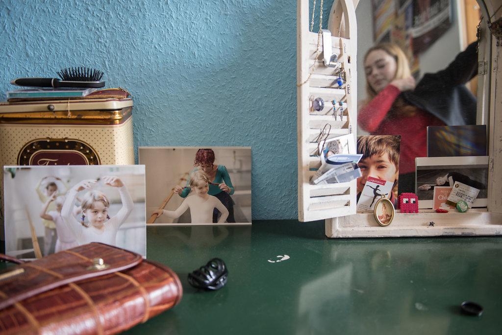 Während sie aufs Ballettinternat geht, sieht Cara ihre Eltern und ihren kleinen Bruder nur am Wochenende. In ihrem Zimmer in Essen stehen und hängen überall Fotos von Familie und Freunden.