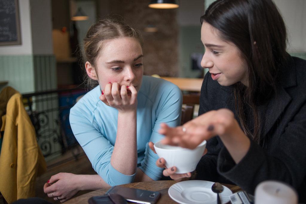 Seit sie nicht mehr in Hannover aufs Gymnasium geht, hält ihre beste Freundin Linda sie über den Freundeskreis auf dem Laufenden. Trotzdem hat Cara das Gefühl, nichts mehr mitzubekommen.
