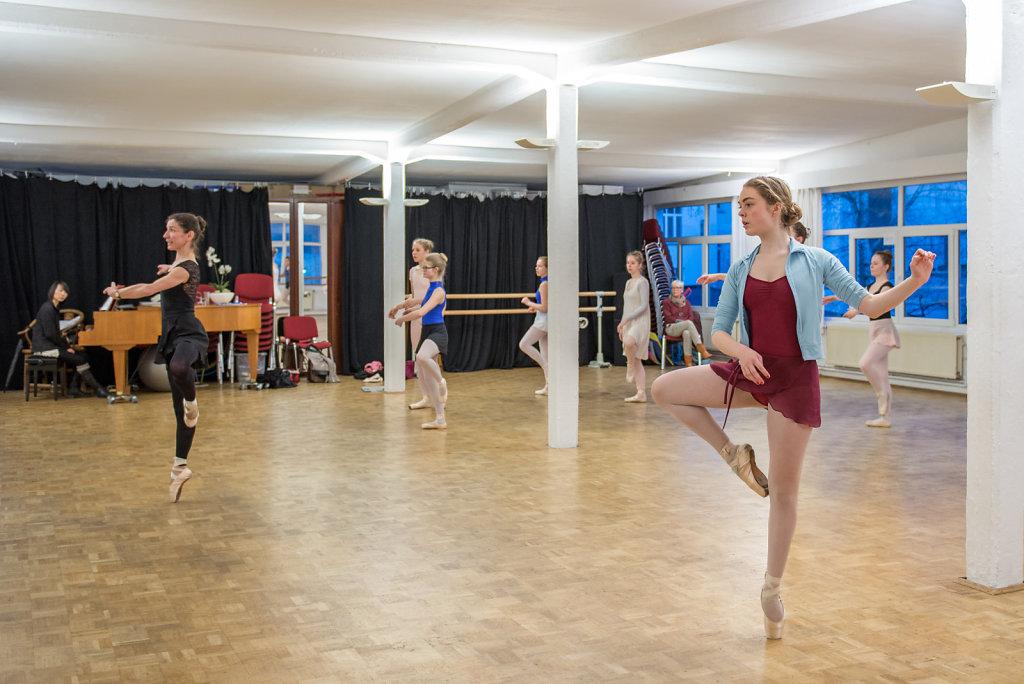 Christine Reinicke ist ehemalige Solistin der Staatsoper Hannover, Cara geht regelmässig zu ihr in ins Training. Caras Eltern bezahlen jeden Monat 260 Euro für die Ballettstunden ihrer Tochter.