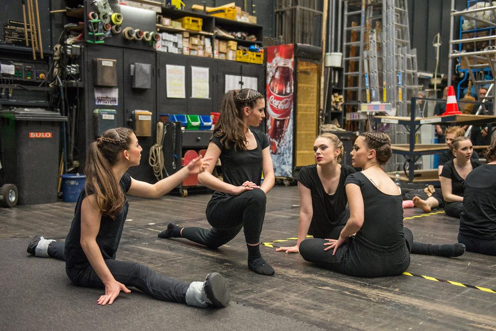 Auf der Seitenbühne dehnt sich Cara vor dem Auftritt, gleich beginnt die Show.