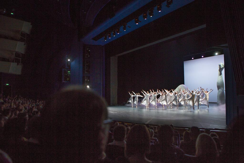 """Das Stück """"Queeny"""" ist ein voller Erfolg. Dreimal tanzt Cara auf der Bühne vom Aalto Theater in Essen. Dreimal ausverkauftes Haus."""