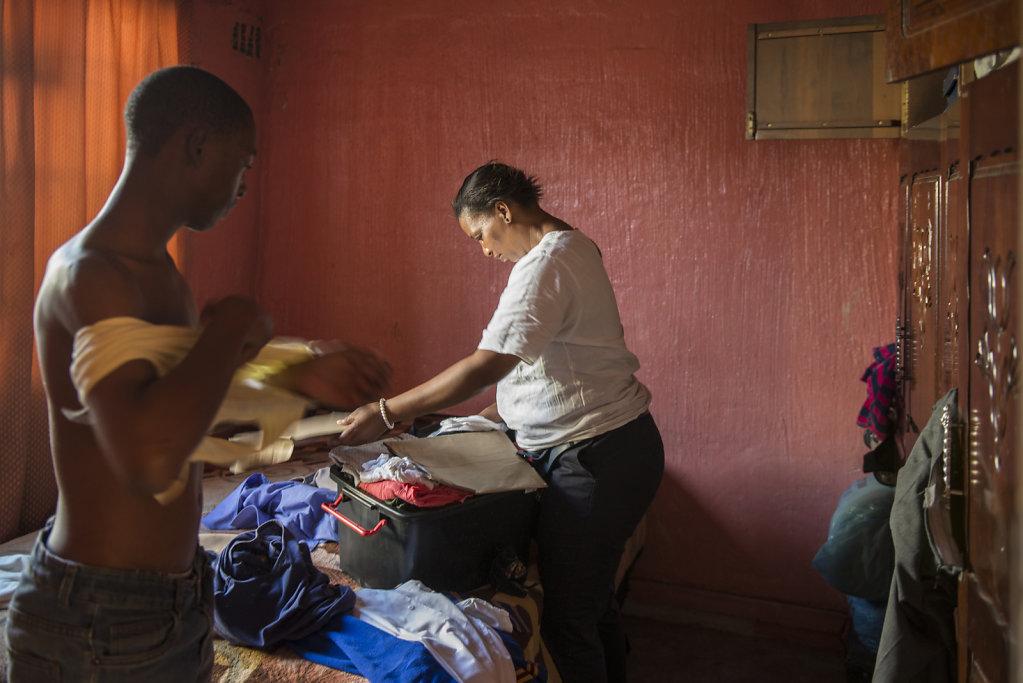 Mihlalis Mutter macht die Wäsche im Zimmer der Jungen. Die drei Brüder teilen sich gemeinsam ein Bett.