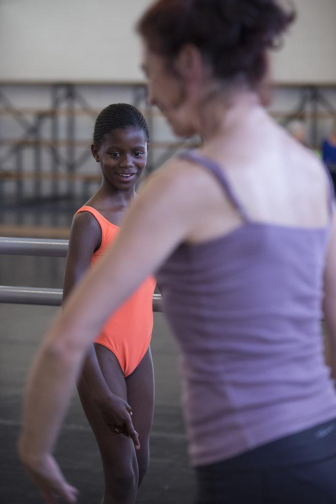 Similise kommt aus einer Familie aus der Mittelschicht, die auch im Township wohnt. Dreimal die Woche besucht sie die Ballettstunden der Zama Dance School. Später möchte sie gerne Tänzerin oder Ärztin werden.