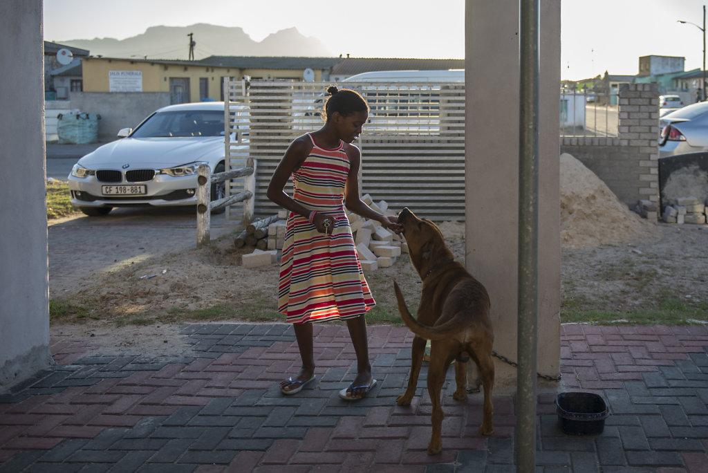 Anders als Weisse in Südafrika hat die Familie keine Alarmanlage oder ein Sicherheitssystem mit bewaffneten Wachleuten. Der Hund ist der einzige Schutz, den sie haben.