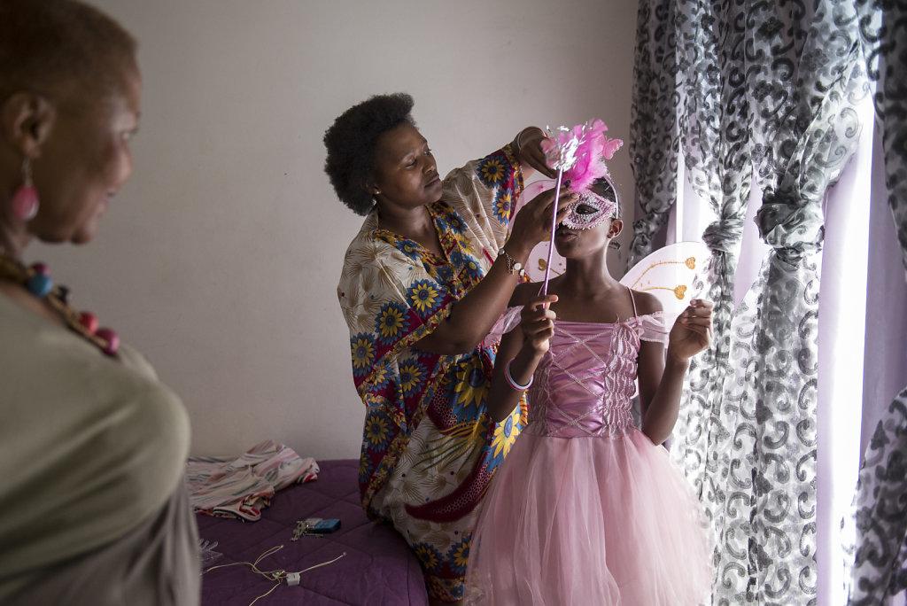 Similises Mutter arbeitet nicht und deswegen dreht sich im Alltag der Familie meist alles um die Tochter. Similise geniesst die Aufmerksamkeit ihrer Mutter und ihrer Grossmutter stets in vollen Zügen.