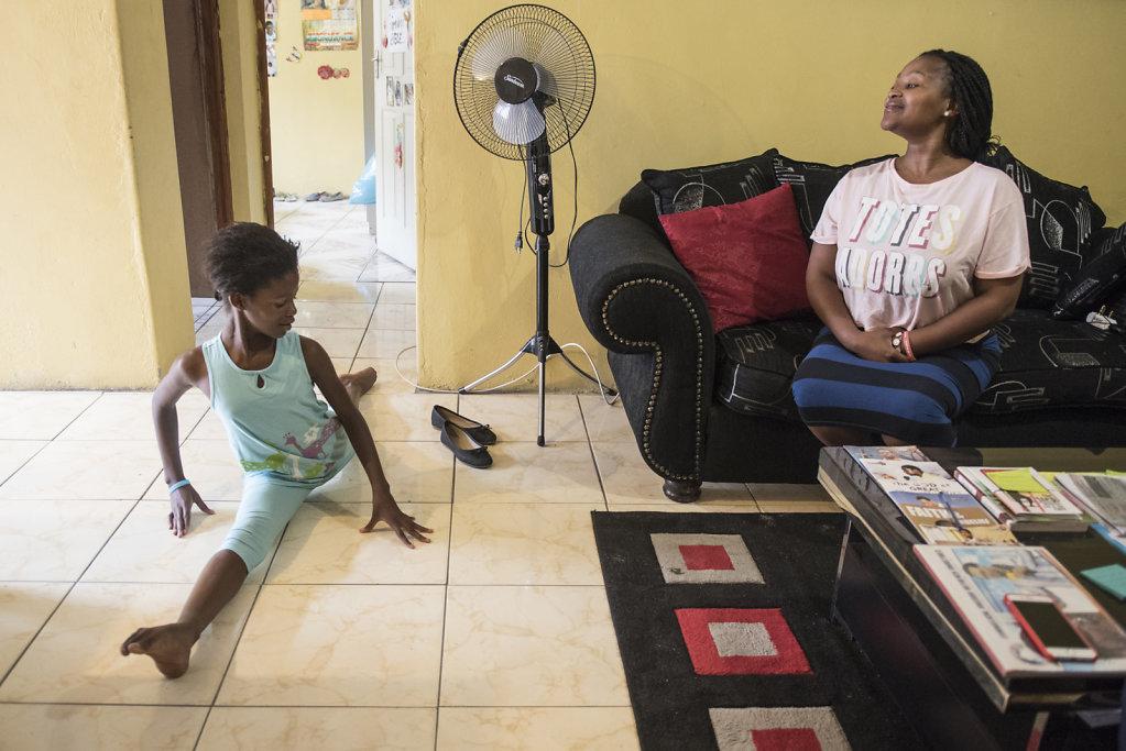 Similises Mutter ist sehr stolz auf ihre kleine Tochter und unterstützt sie in allem so gut sie kann.