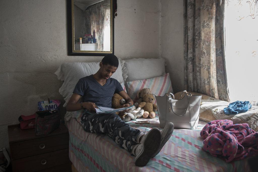Thimna (18) hat im Dezember seinen Schulabschluss gemacht und absolviert nun die dreijährige Ausbildung der Cape Academy of Performing Arts (CAPA). Er kommt aus einer sehr armen Familie und wird immer noch von der Zama Dance School gesponsert.