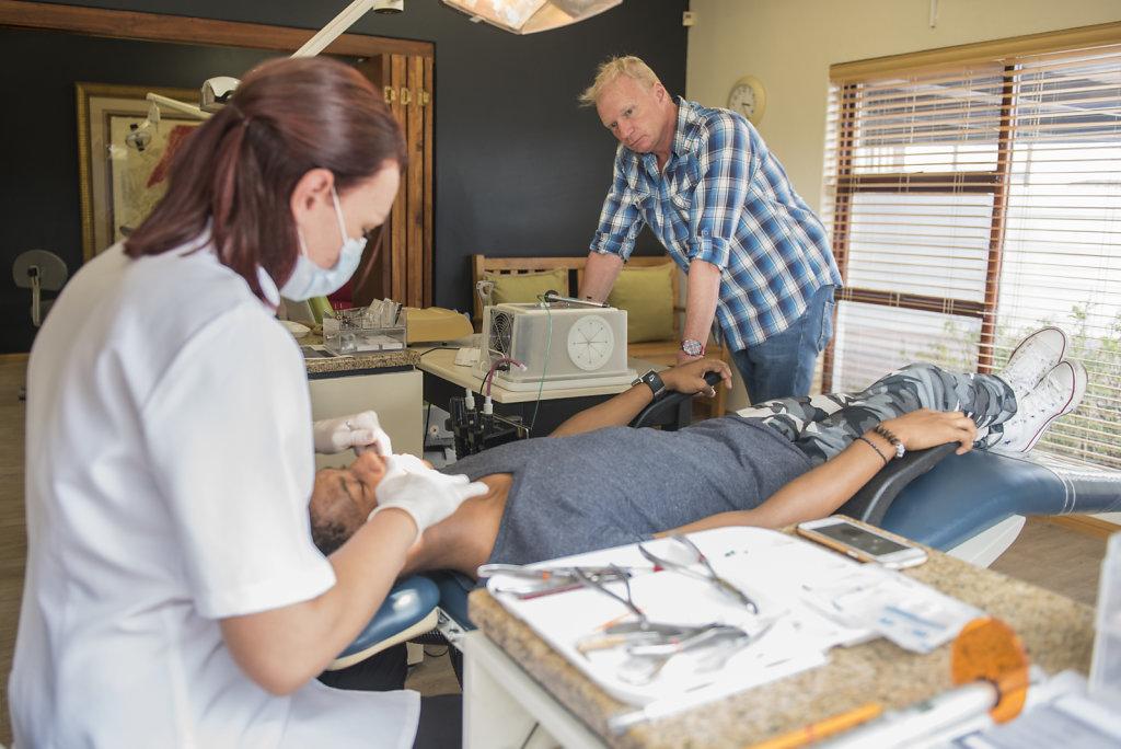 Der Tanzlehrer Andrew Warth fand für Thimna einen Zahnarzt, der ihm kostenlos die Zähne richtet. Alle sechs Wochen fährt Andrew Thimna vom Township zum Zahnarzt und wieder zurück – jeweils 45 Minuten Fahrt.