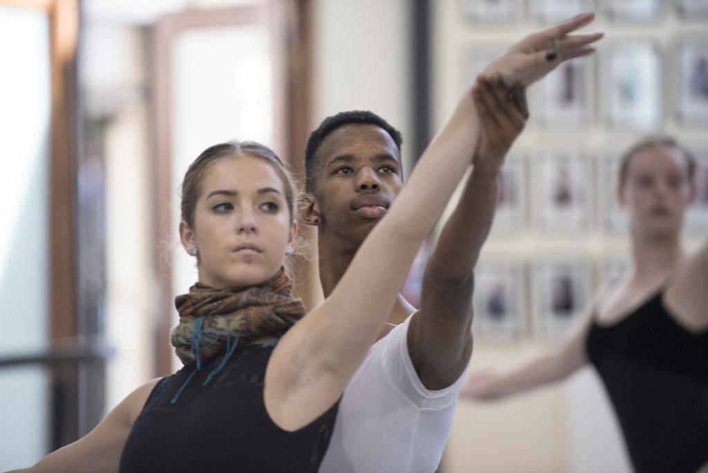 Thimna ist bewusst, dass sein einziger Ausweg aus dem Township der Tanz ist. Er arbeitet und trainiert sehr hart, damit er nach der dreijährigen Ausbildung bei CAPA bei den grossen Ensembles auf der ganzen Welt vortanzen kann.