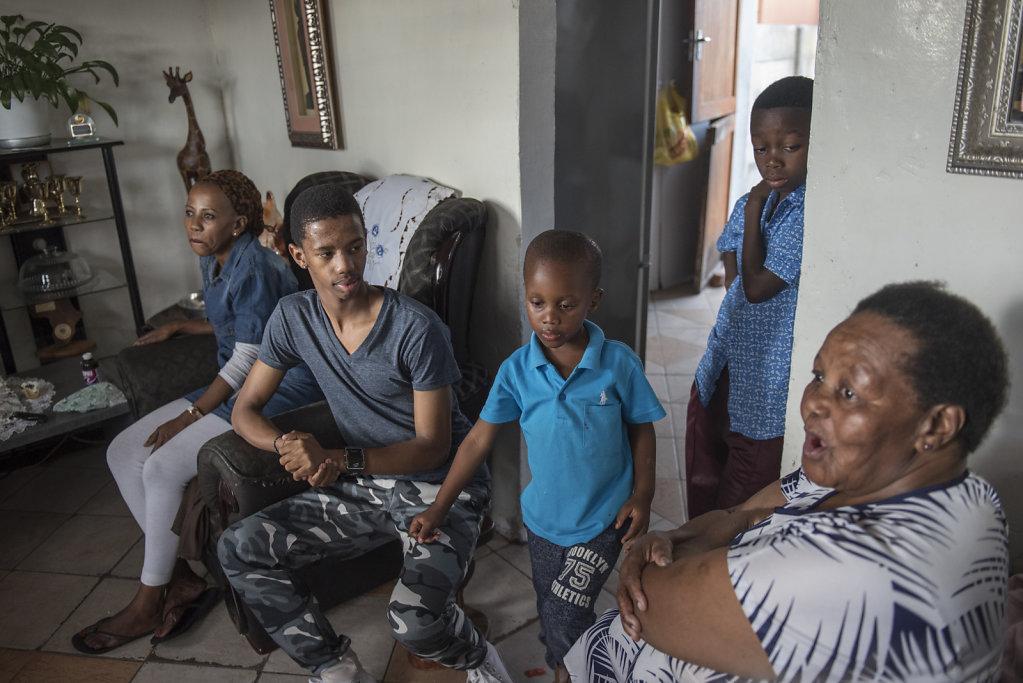Thimna teilt sein Zuhause mit dreizehn anderen Familienmitgliedern. Mit seiner Mutter und seiner kleinen Schwester schläft er in einem Bett.