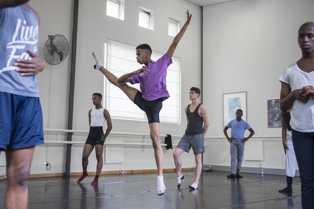 Neben Ballettstunden bekommt Thimna bei CAPA auch Unterricht in Gesang, Schauspiel und anderen Tanzstilen, wie zeitgenössischer Tanz. Täglich hat er sechs Stunden Tanzunterricht, sechs Tage die Woche.